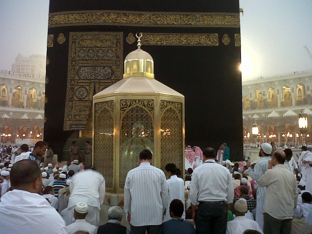 Sholat dan Berdoa di Belakang Maqam Ibrahim